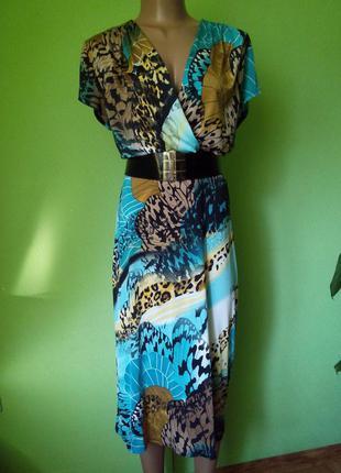 Платье в запах с ярким принтом