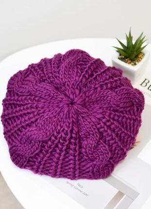 Модная женский вязанный берет фиолетового цвета