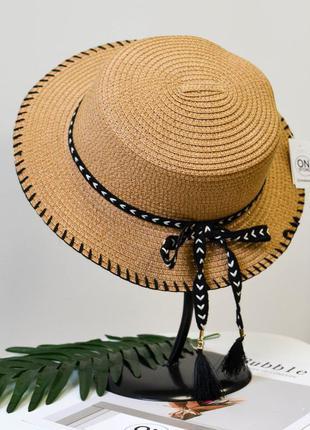 Женская летняя шляпа канотье с лентой коричневого цвета