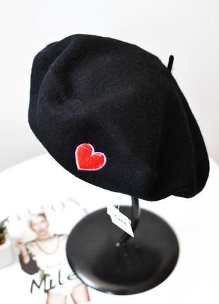 Модный женский берет из натуральной шерсти черного цвета с сердечком
