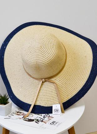 Стильная женская широкополая пляжная шляпа бежевого цвета