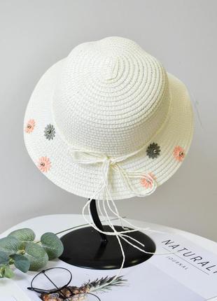 Стильная летняя соломенная шляпа белого цвета