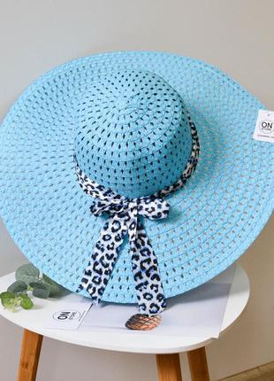 Стильная женская летняя пляжная шляпа с широкими полями и бантом голубого цвета