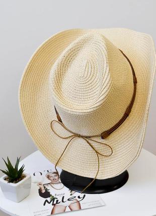 Стильная шляпа федора бежевого цвета