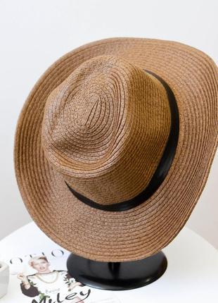 Стильная шляпа федора коричневого цвета