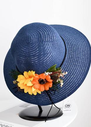 Стильная женская летняя шляпа с цветами синего цвета