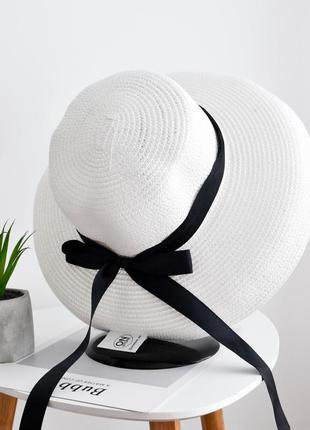 Стильная женская летняя пляжная шляпа слауч с лентой белого цвета