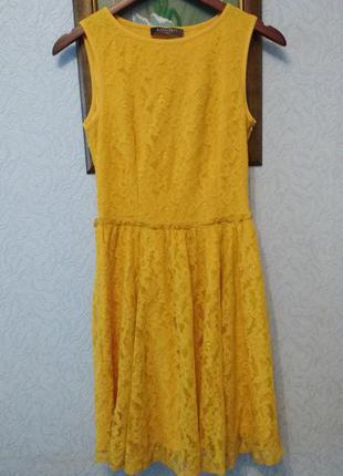 Очаровательное яркое гипюровое платье