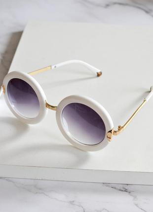 Стильные солнцезащитные очки круглой формы белого цвета