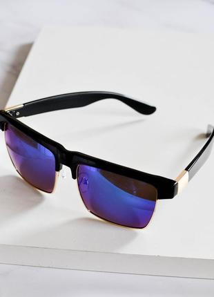 Стильные солнцезащитные очки черного цвета