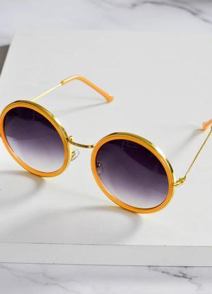 Стильные солнцезащитные очки желтого цвета