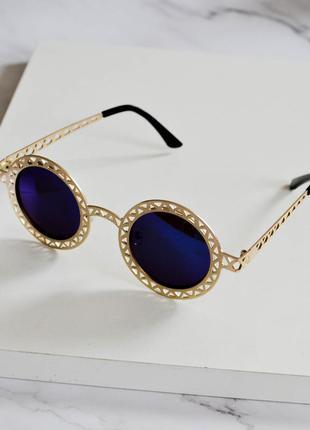 Стильные солнцезащитные очки золотистого цвета