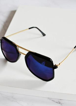 Стильные солнцезащитные очки фиолеового цвета