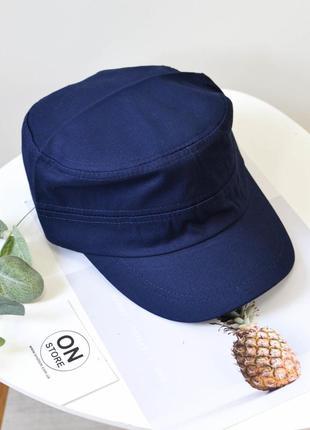 Модная кепка темного синего цвета