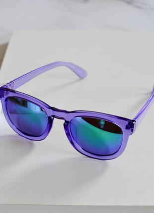 Стильные солнцезащитные очки фиолетового цвета
