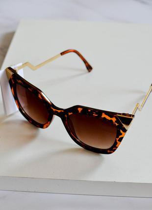 Стильные солнцезащитные очки с леопардовым принтом коричневого цвета