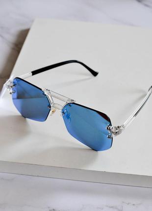 Стильные солнцезащитные очки голубого цвета