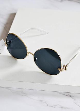 Стильные солнцезащитные очки серого цвета