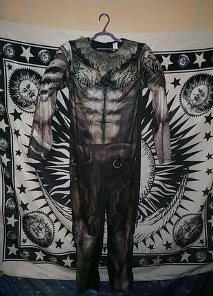 Костюм накачаного оборотня в татуировках волк вовкулака