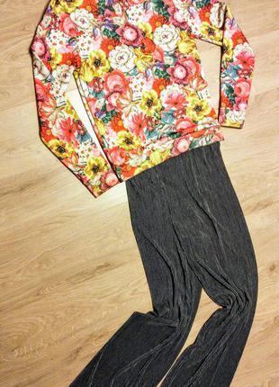 Клевый свитшот в цветах ткань похожа на неопрен