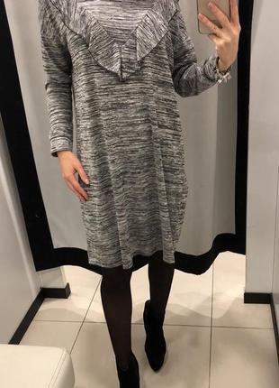 Платье с воланом серое george