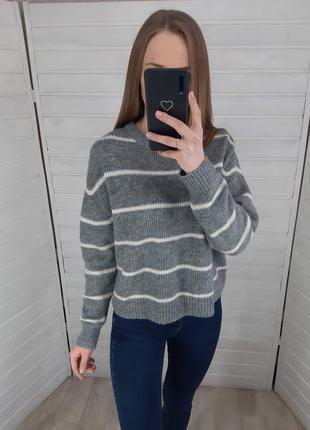 Серый свитер в белую полоску h&m