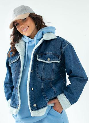 Синяя джинсовая куртка с искусственным мехом