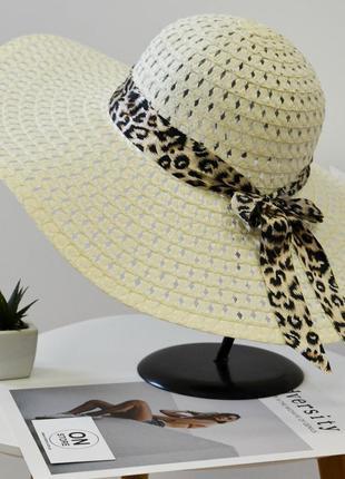 Стильная женская летняя пляжная шляпа с широкими полями и бантом молочного белого цвета