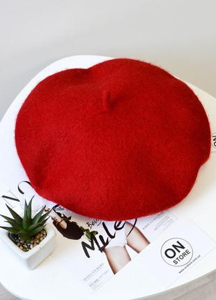 Модный женский берет из натуральной шерсти красного цвета