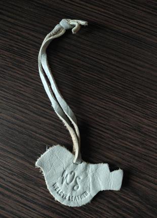White stuff птичка кожаныц брелок на сумку серая птица