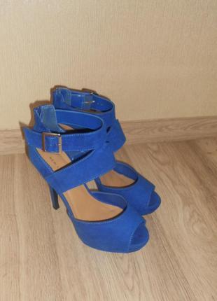 Босоножки синие на высоком каблуке