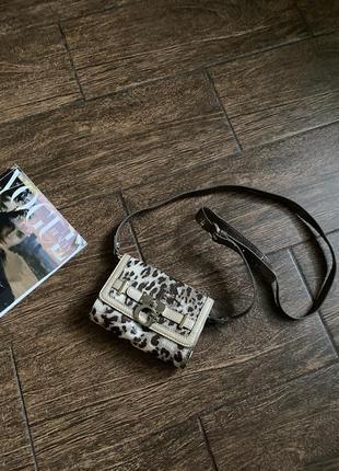 Красивая лаковая маленькая сумочка через плечо. оригинал