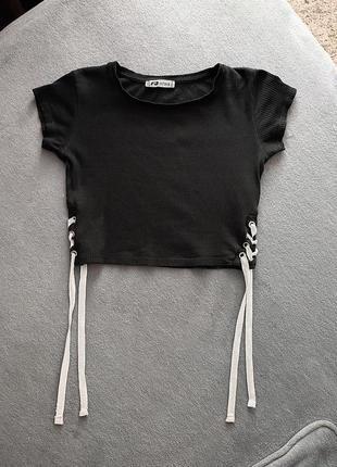 Укороченный кроп-топ на завязках/футболка fb sister/топик в рубчик/чёрный топ размер s-m