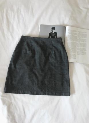 Темно-серая юбка в клетку