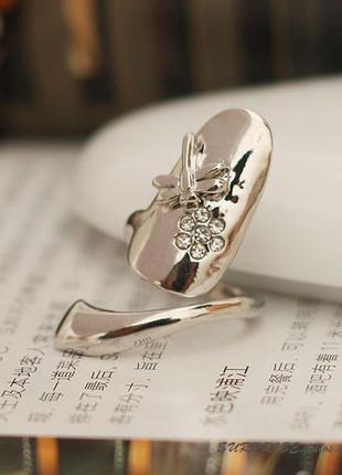 Кольцо на ноготь серебристое с цветком и стрекозой
