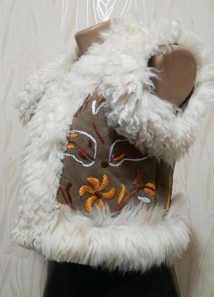 Стильный жилет на овчине с вышивкой laurence heller.
