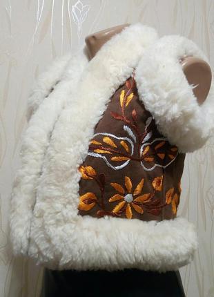 Стильный замшевый жилет на овчине с вышивкой laurence heller.