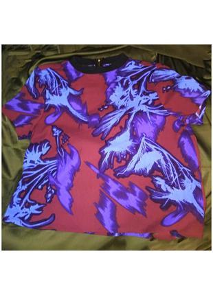 Кофта бордовая с голубым и фиолетовым рисунком.