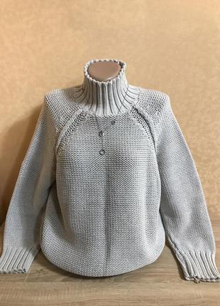 Классный свитер под горло крупной вязки