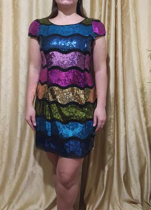 Оригинальное яркое платье в паетках
