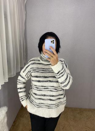 Стильный свитер с горловиной