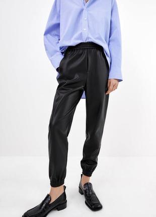 Кожаные брюки zara с манжетом