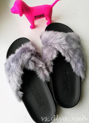 Уютные домашние тапочки pink faux fur crisscross slides от victoria's secret. размер м