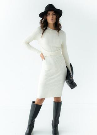 Трикотажна міді сукня в рубчик