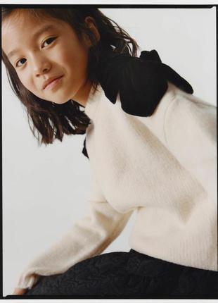 Zara🔥очень красивый нарядный акриловой свитер молочного цвета/кофта/реглан с бантами  ріст 140 см.