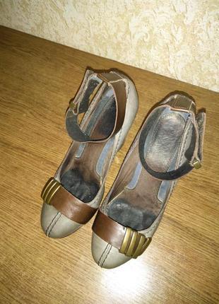 Туфлі на підборах.
