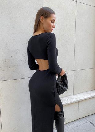 Платье с разрезом на спинке и вырез сбоку