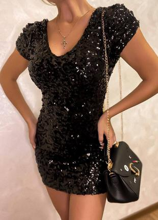 Невероятно красивое короткое платье с  v-образным вырезом спереди и сзади , густо расшитое пайеткой