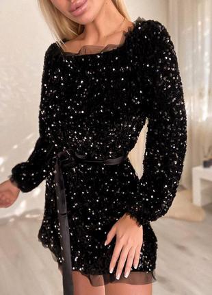 Невероятно красивое короткое платье с u -образным вырезом спереди и сзади , густо расшитое пайеткой и нежными фатиновыми оборками