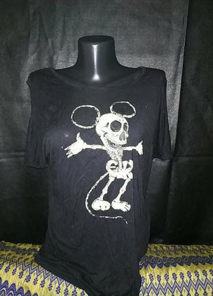 Криповая оверсайз футболка со скелетом микки мауса с открытым плечом